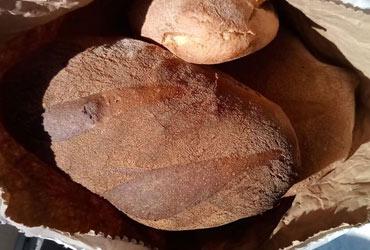 """Il circolo Auser""""Noi ci siamo"""" consegna il pane donato dai panificatori alle famiglie bisognose"""